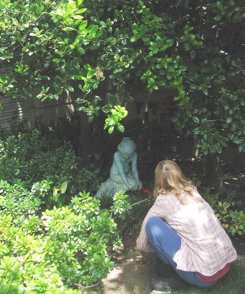 walt-disney-grave-garden-2013.jpg